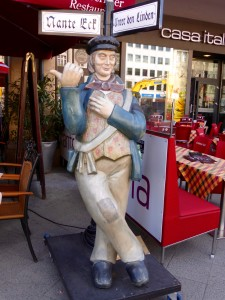 ckensteher Nante (Corner hugging Nante) in front of Nante Eck, Berlin © Photo by J. Elke Ertle. 2014