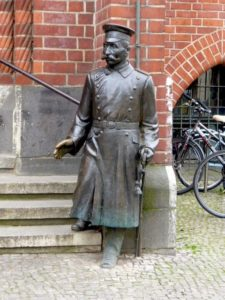 Statue of Wilhelm Voigt impersonating the Captain from Koepenick, photo © J. Elke Ertle, 2016, www.walled-in-berlin.com