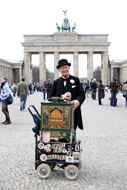 """Orgel-Ebi"" Eberhardt Franke in front of the Brandenburg Gate. Photo courtesy of berliner-kurier.de"