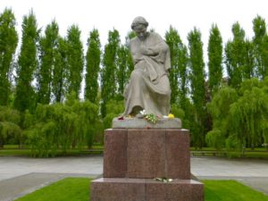 Mother Russia statue, Soviet War Memorial in Treptow Park, Berlin. Photo © J. Elke Ertle, 2017. www.walled-in-berlin.com