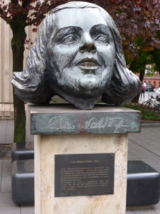 Claire Waldoff monument, located in front of the Friedrichstadt-Palast, Berlin. Photo © J. Elke Ertle, 2017. www.walled-in-berlin.com